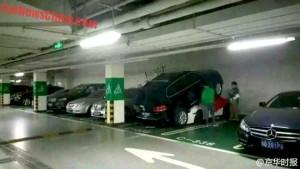 В Китае женщина-водитель припарковала свой внедорожник поверх спорткара Porsche