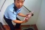 В Пекине полицейский спас новорожденную, которую мать хотела спустить в канализацию