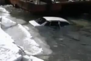 В одном из китайских озер найден автомобиль, в котором погибли влюбленные умерли, обнявшись