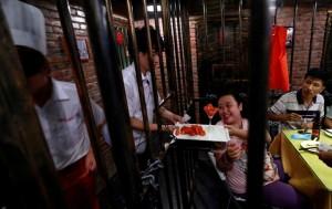 В пекинской тюрьме построили мини-город с кафе, банками и метро