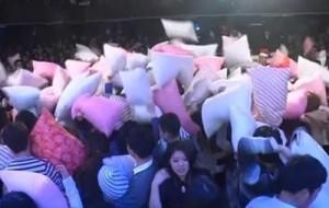 В самом центре Китая люди бились подушками