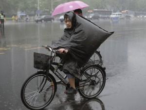 """Из-за ливней в Китае объявлен """"голубой"""" уровень опасности"""