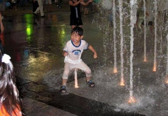 Суровый китайский ребенок с реактивной тягой
