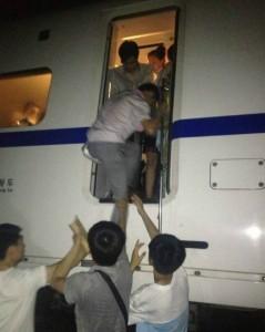 Китай, пассажиры покидают поезд