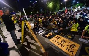 В Гонконге студенты заблокировали здание администрации