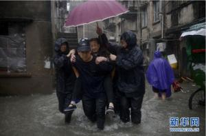 На Шанхай обрушился первый за 25 лет тайфун