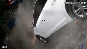v-kitae-avto-prolomilo-stenu-i-vyletelo-s-parkovki-na-vtorom-ehtazhe